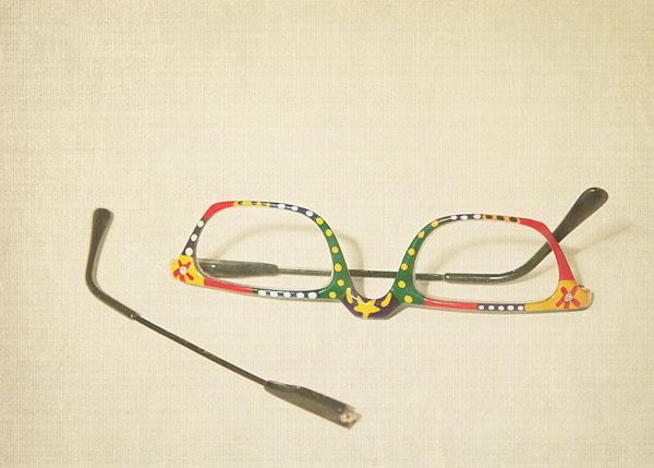 broken-reading-glasses-1890